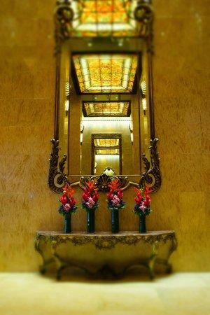 Regal Kowloon Hotel: Espejo en el lobby.