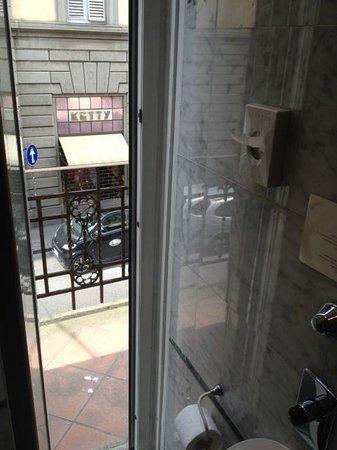 Hotel Atlantic Palace : porte ddans la salle de bain pour acces balcon