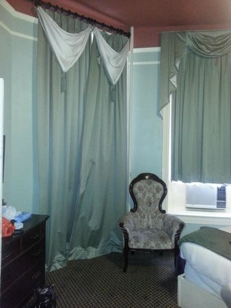 1886 Crescent Hotel & Spa: Doors to balcony behind the curtains