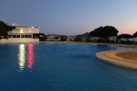 Hotel Cavanna: Anochecer en la piscina