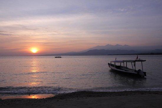 Kaluku Gili Resort : Sun rises right infront of Kaulu bungalows