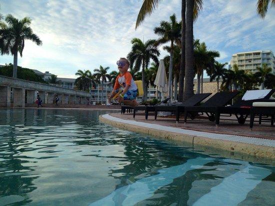 Memories Grand Bahama Beach and Casino Resort : Cannonball!! Fantastic vacation!!