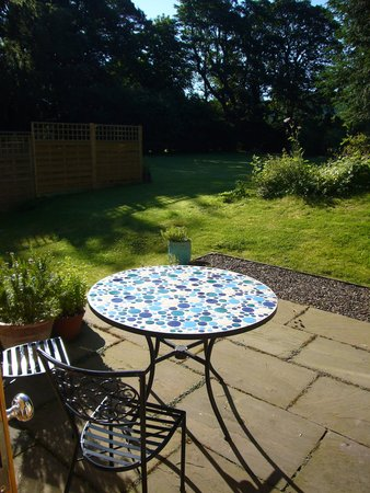 Cheviot Holiday Cottages: Sunny patio overlooking the gardens