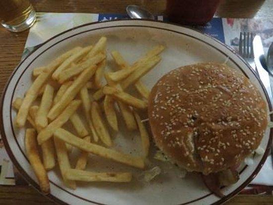 Palacio Del Sol: We had dinner at 9h30. The hamburger was great.