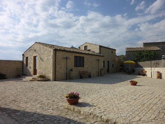 Borgo Monachella : esterno sala colazione e camere