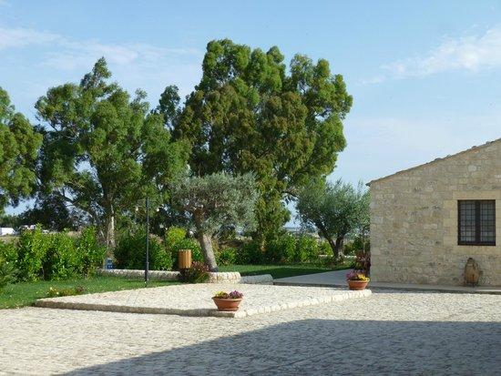 Borgo Monachella : cortile fronte camere