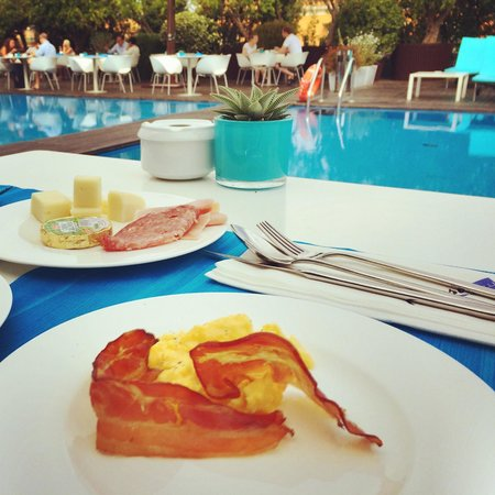 Radisson Blu es. Hotel, Roma: Frühstück am Pool