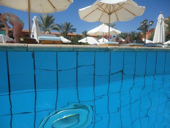 Amwaj Oyoun Hotel & Resort : Cracked Tiles