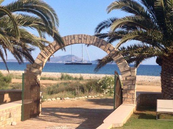 Finikas Hotel: Ingresso e spiaggia dell'albergo