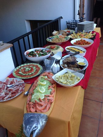 Hotel La Casa: Paella, salmon and roast beef luxury buffet