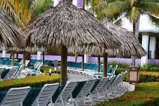 Hotel Riu Montego Bay: Lounge chairs by the beach