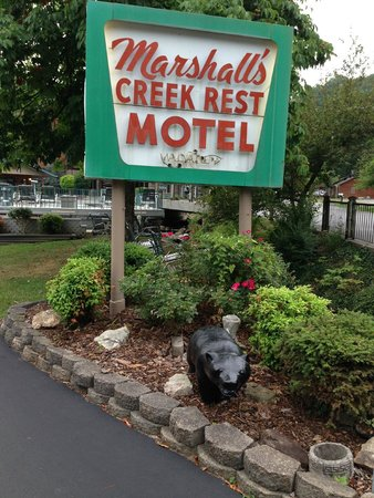 Marshall's Creek Rest Motel: Hotel sign