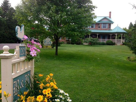 Anderson House Bed & Breakfast: View from the Road