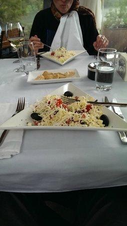 Lebed: les salades avec le fromage en lamelles