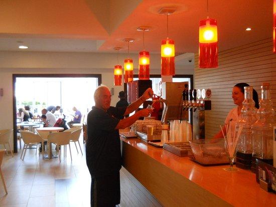 Gavimar Ariel Chico Club Resort: helping myself at the bar