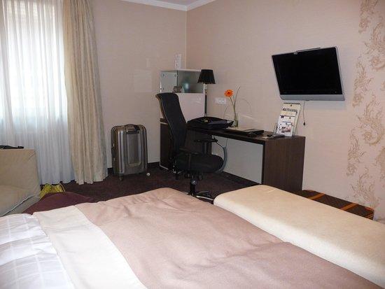 Best Western Premier Hotel Rebstock: Bedroom writing desk
