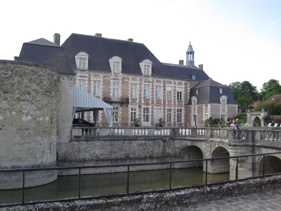 Château d'Etoges : They have a mote, complete with swans!