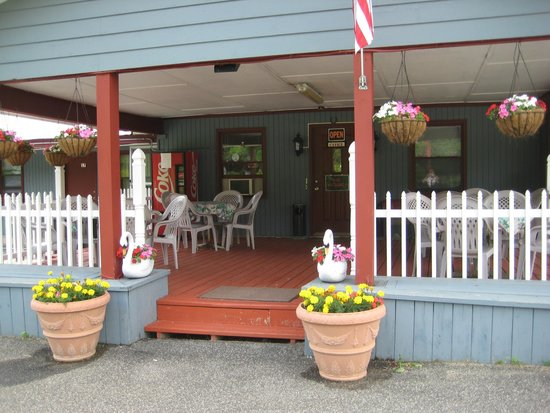 Pleasant Valley Motel West Stockbridge: The Covered Porch