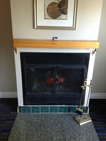 Sherwood Inn: Fireplace