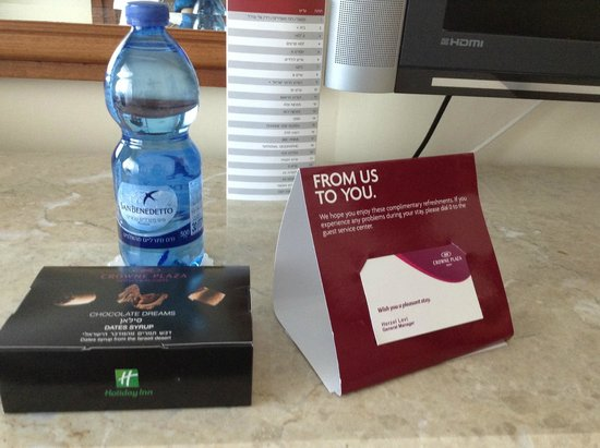 Crowne Plaza Hotel Haifa: A small bag of chocolate, and water...