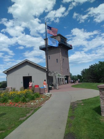 Falls Park: Sioux Falls free observation deck, has an elevator, gift shop and bathrooms here too