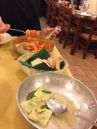 Osteria del Borgo: Ravioli spinaci e ricotta al burro e salvia, gnocchi con castrato...