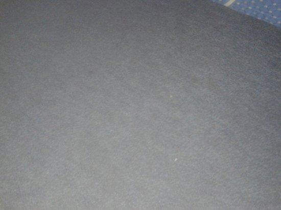 Hotel Naviglio Grande: macchie ovunque sulla moquette,viva la pulizia!!!!