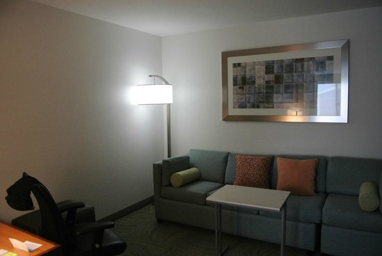 SpringHill Suites Portland Airport: Horrible cold white light next to couch.