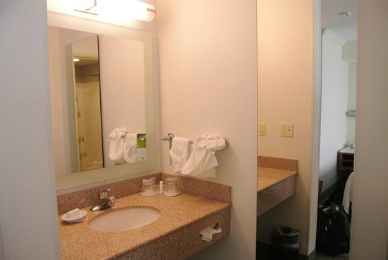 SpringHill Suites Portland Airport: Bathroom was very good. Clean.