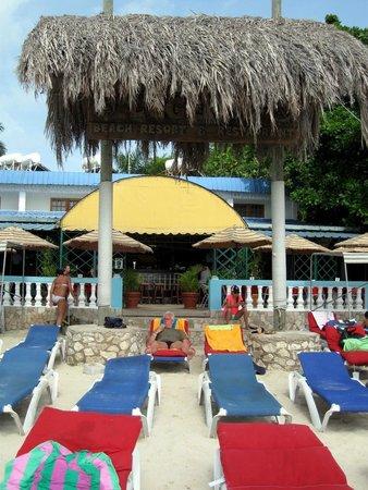 Legends Beach Hotel : Ausblick vom Strand auf das Hotel