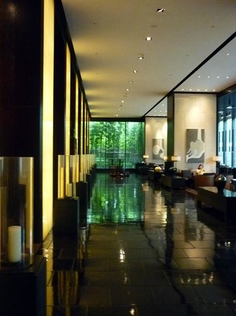 The PuLi Hotel and Spa: O verde dos jardins parece invadir o belo lobby