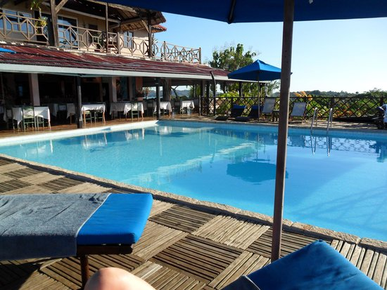 Le Grand Bleu : Infinity pool and restaurant