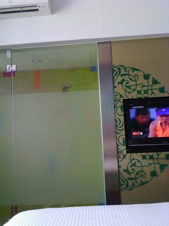 ibis Styles Kuala Lumpur Fraser Business Park : the translucent door ...BEWARE..it has no latch