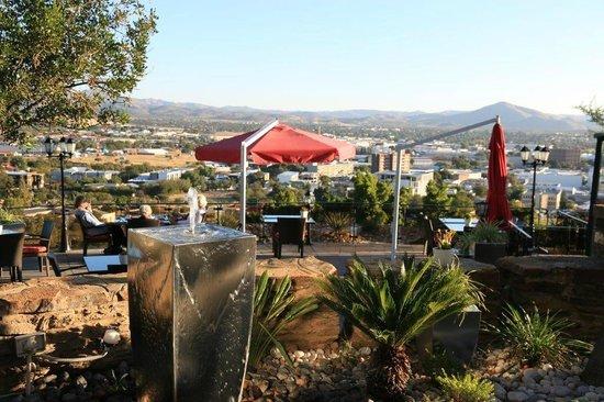 Hotel Heinitzburg: Restaurantterrasse mit Blich über Windhoek