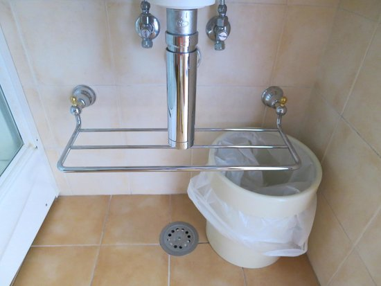 Hotel Villa Schuler: Superb level of housekeeping - even under the sink is shiny and spotless!! (room #16)