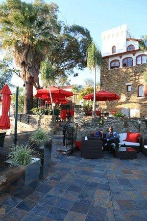 Hotel Heinitzburg: Aussenansicht mit Teil der Restaurantterrasse