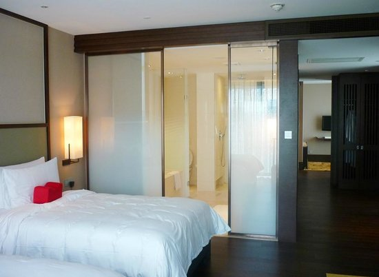 Jumeirah Himalayas Hotel Shanghai: Detalhe do apartamento e do acesso ao banheiro