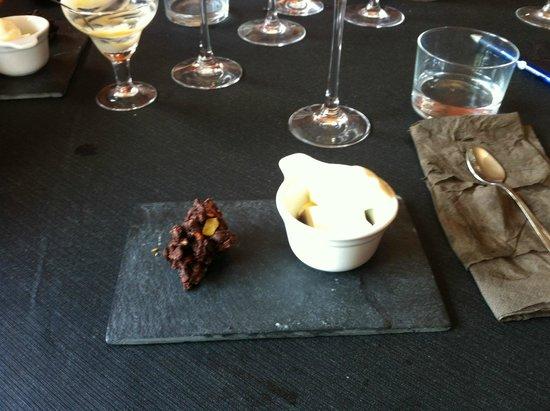 Dakidaya: Postre: Reducción vino tinto con queso y helado vainilla y crujiente de chocolate