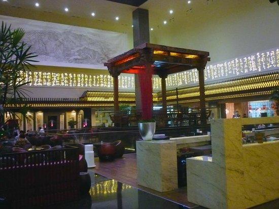 Jumeirah Himalayas Hotel Shanghai : Um antigo pagode é o destaque ncentro do lobby