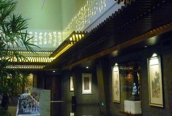 Jumeirah Himalayas Hotel Shanghai : Projeções decoram a parte superior das paeredes do lobby