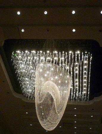 Jumeirah Himalayas Hotel Shanghai : Detalhe de lustre em uma das áreas públicas