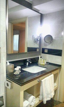 DoubleTree by Hilton Izmir - Alsancak: toilet