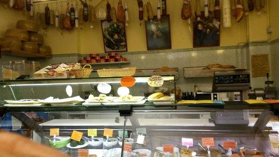 Gino Cacino di Angelo: Banco formaggi e gastronomia