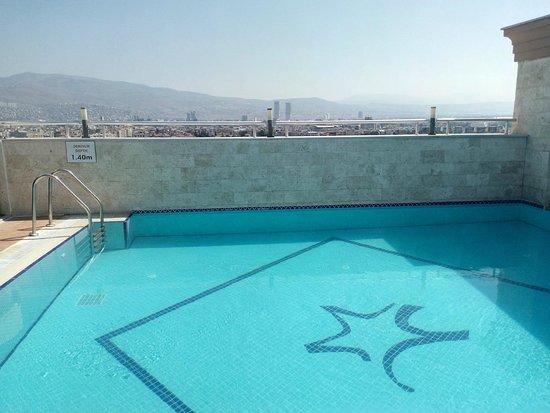 DoubleTree by Hilton Izmir - Alsancak: swimming pool