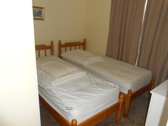 Tolroy Manor Holiday Park: twin room (downstairs)