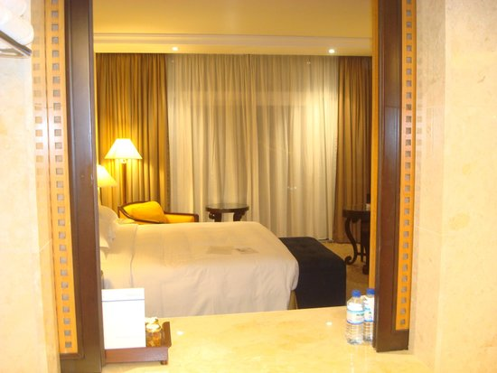 Beach Rotana : Room upgrade with view of bathroom from bedroom