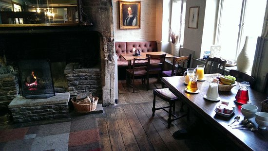The Red Lion: Breakfast by a lovely fire