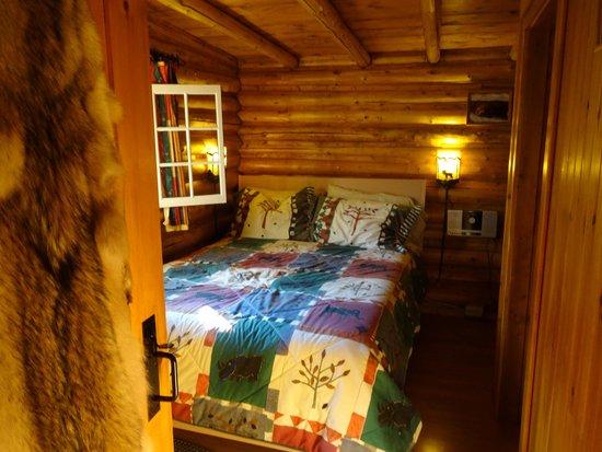 Domaine Le Bostonnais: chambre rustique mais très confortable