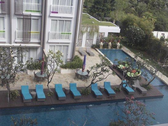 Ibis Styles Bali Benoa : la piscine vue depuis une chambre