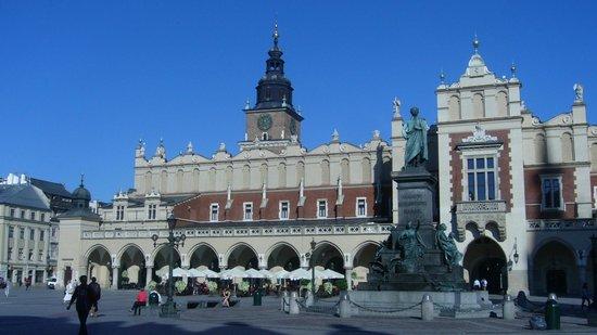 Marktplatz (Rynek Główny): El Mercado de Paños y detrás la Torre del Ayuntamiento